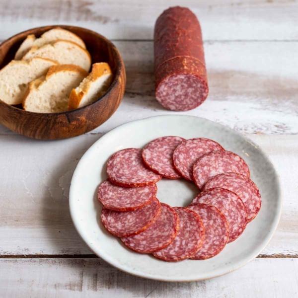 Unsere Version einer richtig guten Salami, nach unserem Hausrezept zubereitet. Unsere Haussalami wird aus Schweine- und Rindfleisch und Speck hergestellt.